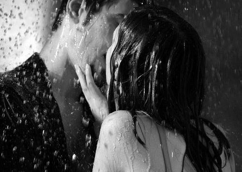 Cea mai scurtă cale spre fericire este sărutul.